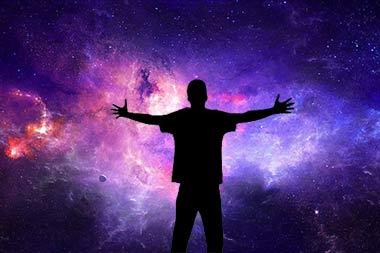 فردی که در کهکشان دستهایش را باز کرده است.
